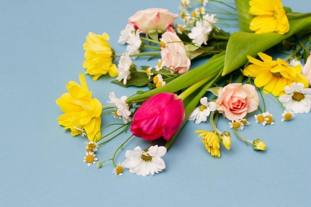 Buquê de primavera grande e variado. fechar-se . minimalismo floral. conceito de primavera