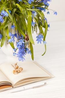Buquê de prímulas azuis em cima da mesa