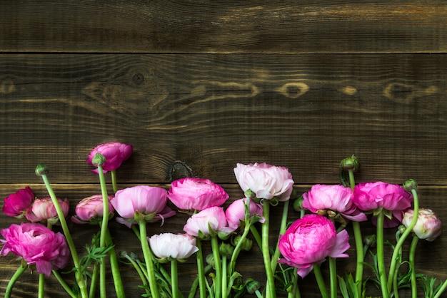 Buquê de ranúnculo rosa, flores de botão de ouro
