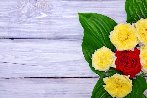 Buquê de rosas amarelas e vermelhas