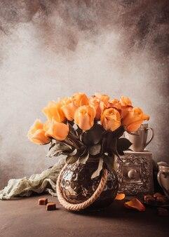 Buquê de rosas amarelas em flor no vaso vintage.