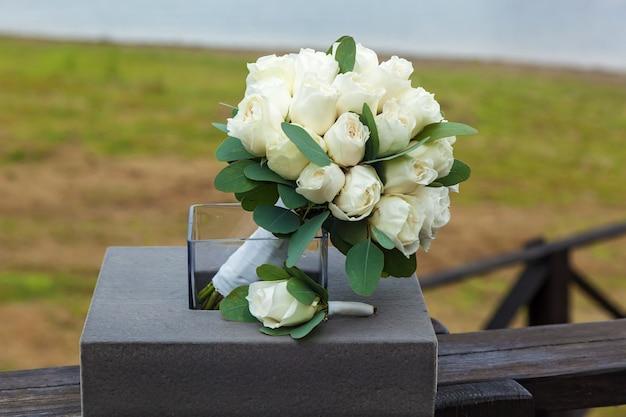 Buquê de rosas brancas e butanieres