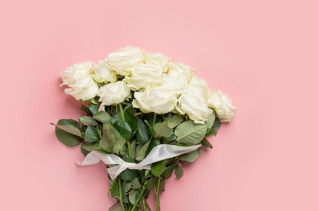 Buquê de rosas brancas na rosa. vista superior, copie o espaço.