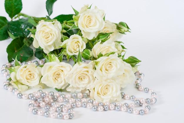 Buquê de rosas brancas sobre fundo branco