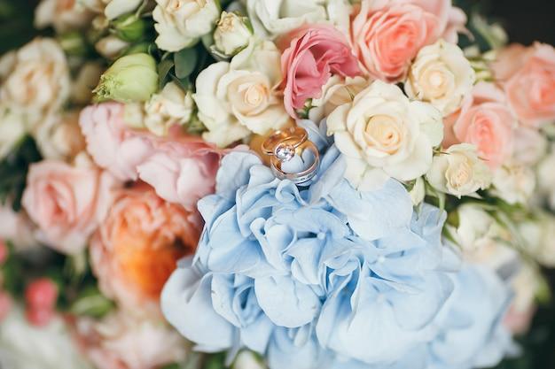 Buquê de rosas com anéis de casamento