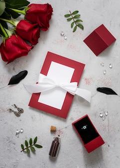 Buquê de rosas com cartão de casamento