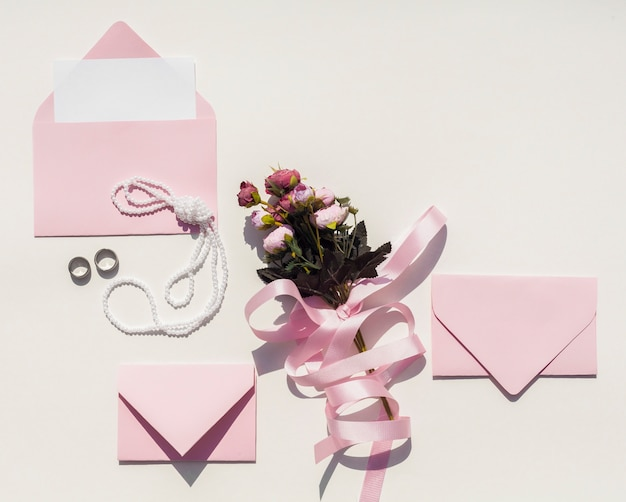 Buquê de rosas com envelopes cor de rosa