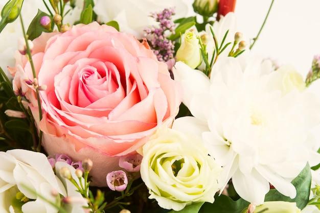 Buquê de rosas com pequenas flores sobre fundo branco