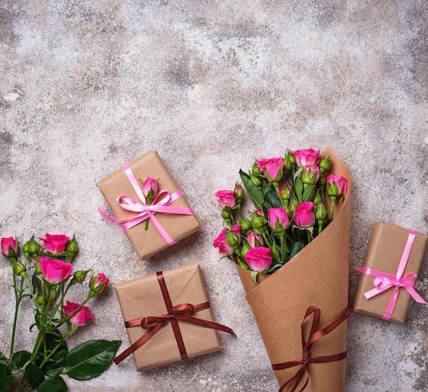 Buquê de rosas cor de rosa e caixas de presente