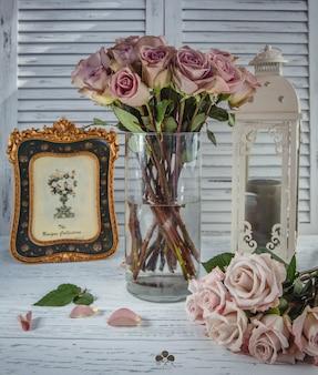 Buquê de rosas cor de rosa em cima da mesa