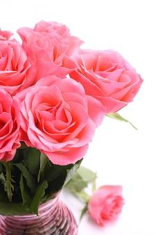 Buquê de rosas cor de rosa em um vaso no fundo branco