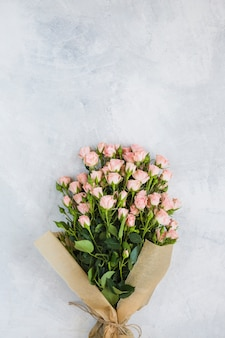 Buquê de rosas cor de rosa linda em fundo de concreto