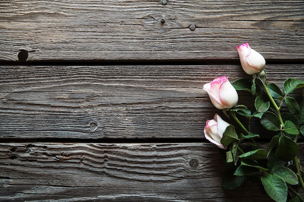 Buquê de rosas cor de rosa sobre a mesa de madeira. vista superior com espaço de cópia. flores