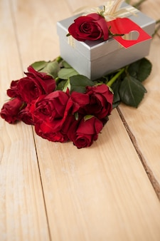 Buquê de rosas e caixa de presente