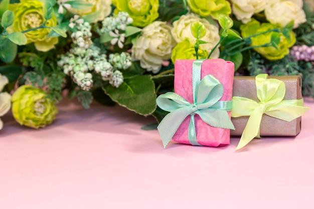 Buquê de rosas e caixas de presente