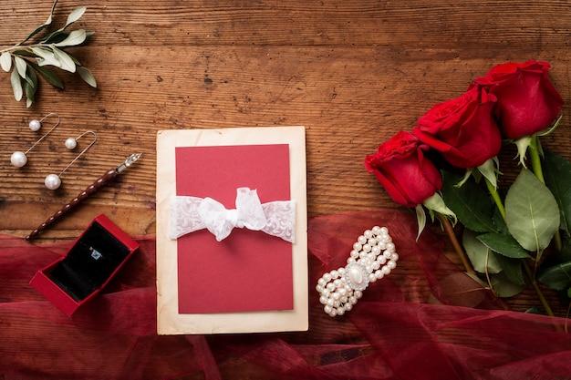 Buquê de rosas e cartão de casamento de vista superior