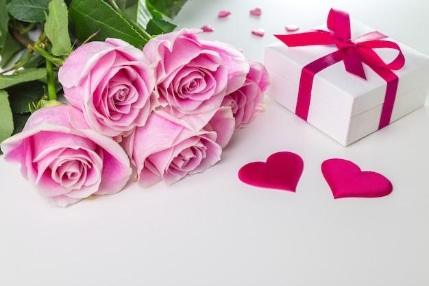 Buquê de rosas e corações em um fundo branco. cartão de dia dos namorados.
