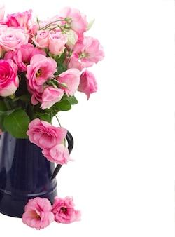 Buquê de rosas e flores de eustoma isolado