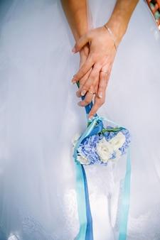 Buquê de rosas e flores de hortênsia nas mãos da noiva