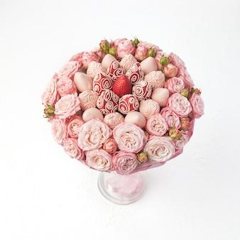 Buquê de rosas e morangos cobertos com chocolate rosa