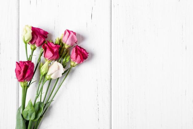Buquê de rosas em fundo branco com espaço de cópia