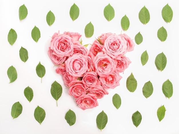 Buquê de rosas em fundo branco em forma de coração.