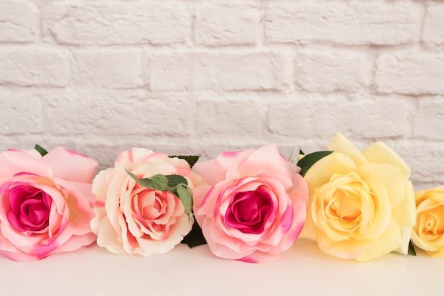 Buquê de rosas em uma mesa branca