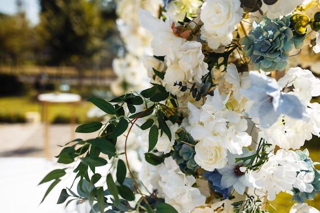 Buquê de rosas em uma superfície de dia ensolarado, presente de feriado, closeup.