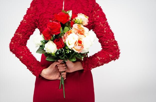 Buquê de rosas estava segurando pelas mãos da senhora