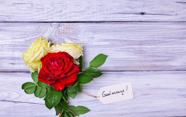 Buquê de rosas florescendo com uma etiqueta de papel