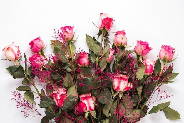 Buquê de rosas frescas com folhas verdes e plantas decorativas