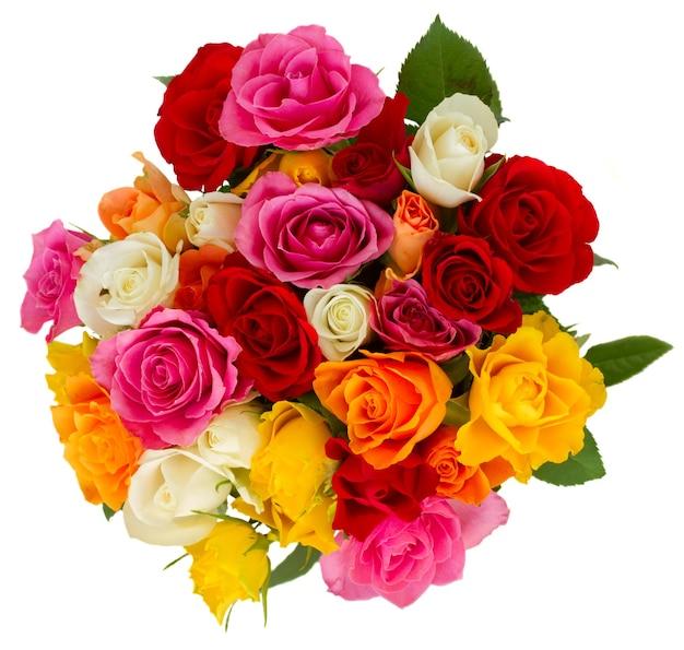 Buquê de rosas frescas cor de rosa, amarelas, laranja, vermelhas e brancas isoladas na vista superior branca