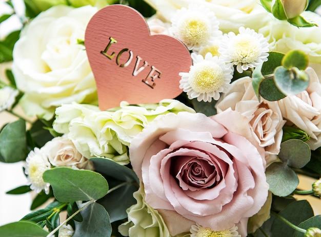 Buquê de rosas frescas de rosa e brancas