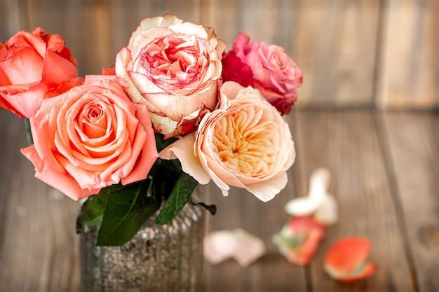 Buquê de rosas frescas em close-up de um vaso de vidro