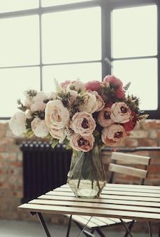 Buquê de rosas lindas na mesa de madeira