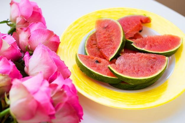 Buquê de rosas na mesa com melancia