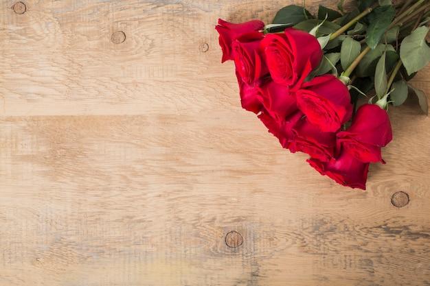 Buquê de rosas na mesa de madeira