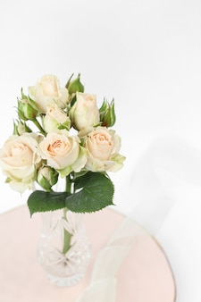 Buquê de rosas na placa rosa com fita