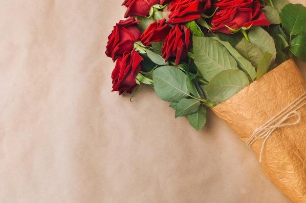 Buquê de rosas sobre papel artesanal
