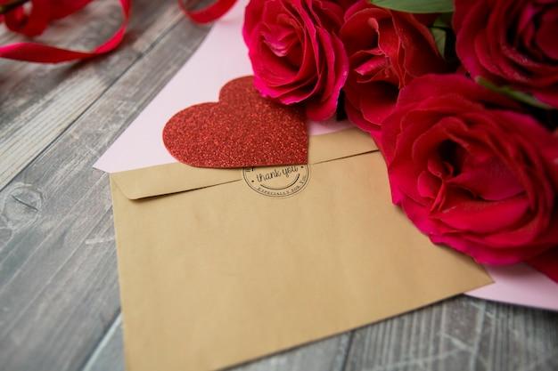 Buquê de rosas vermelhas com profundidade de campo conceito romântico