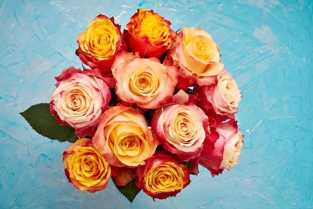 Buquê de rosas vermelhas e amarelas