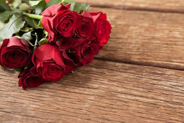 Buquê de rosas vermelhas e caixa de presente