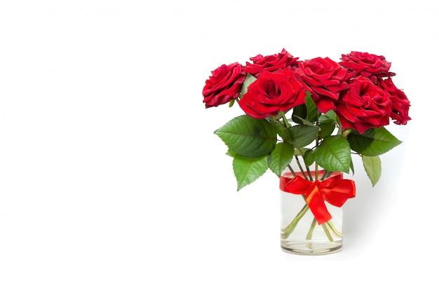 Buquê de rosas vermelhas em um vaso de vidro. cartão de felicitações copie o espaço.