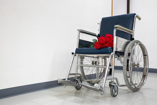 Buquê de rosas vermelhas em uma cadeira de rodas