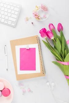 Buquê de tulipa e cartão plana leigos