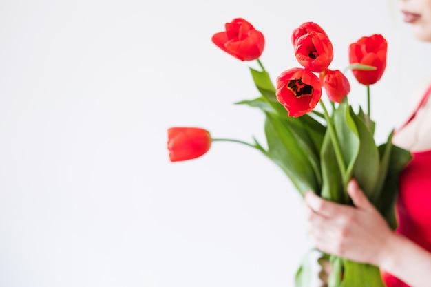 Buquê de tulipa vermelha. arranjo de flores de primavera.