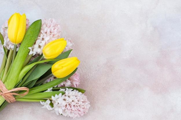 Buquê de tulipas amarelas e jacintos rosa