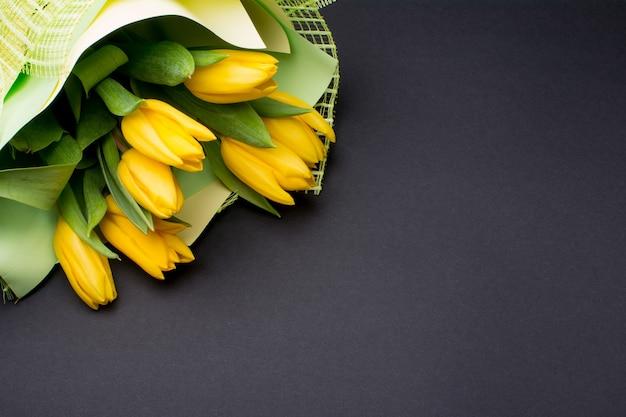 Buquê de tulipas amarelas em 8 de março