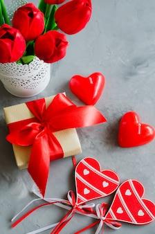 Buquê de tulipas, caixa de presente e corações decorativas para dia dos namorados, mulheres ou mãe.