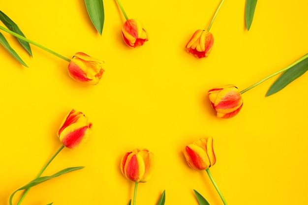Buquê de tulipas cor de primavera em fundo amarelo. flores da primavera. páscoa, dia dos namorados, 8 de março, feliz aniversário, conceito de férias. copie o espaço